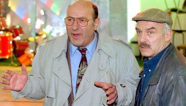 """Manfred Krug (links) als Ermittler Paul Stoever und Charles Brauer als Peter Brockmöller bei Dreharbeiten zur Fernsehreihe """"Tatort"""" 1995. Foto: dpa"""