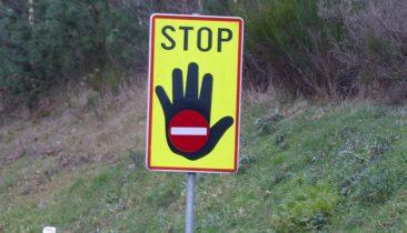 Solche Warnschilder findet man an den meisten kritischen Auffahrten (so wie hier in Eynatten). Foto: OD