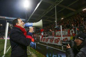 Standard-Trainer Aleksandar Jankovic wandte sich während der Unterbrechung mit einem Megafon, das er von einem Supporter bekommen hatte, an den Lütticher Anhang. Foto: Belga