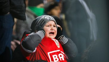 Dieses Foto von einem kleinen Standard-Fan, der sich vor lauter Angst weinend die Ohren zuhält, ging am Montag um die Welt. Foto: Belga