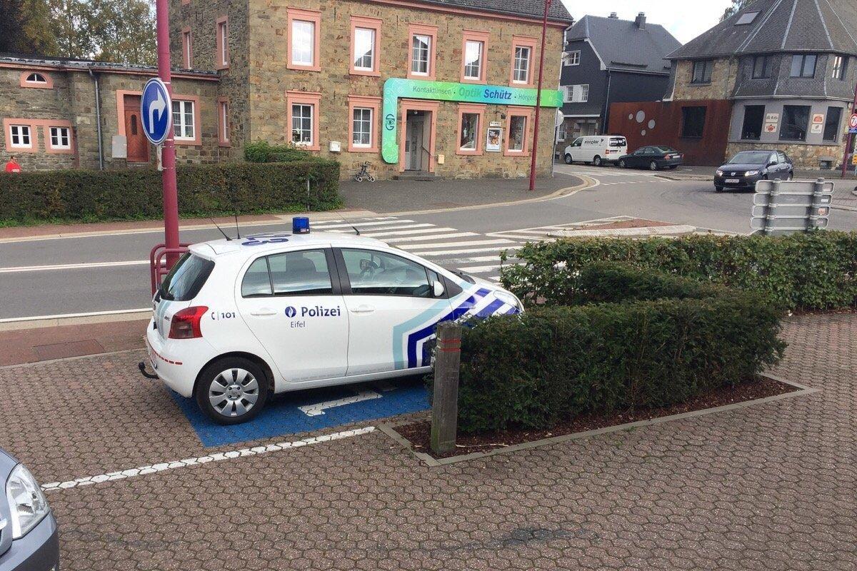 Polizeiauto Auf Einem Behindertenparkplatz Am Dienstag In Bütgenbach