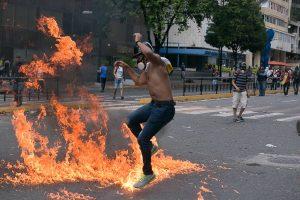 new arrival 509b6 d98e8 23.01.2019, Venezuela, Caracas Ein Demonstrant mit Gasmaske springt über  Feuer bei Nike Air Jordan Future Premium Tarnung 652141-301 Größe 8 UK Eur  42.5 Us ...